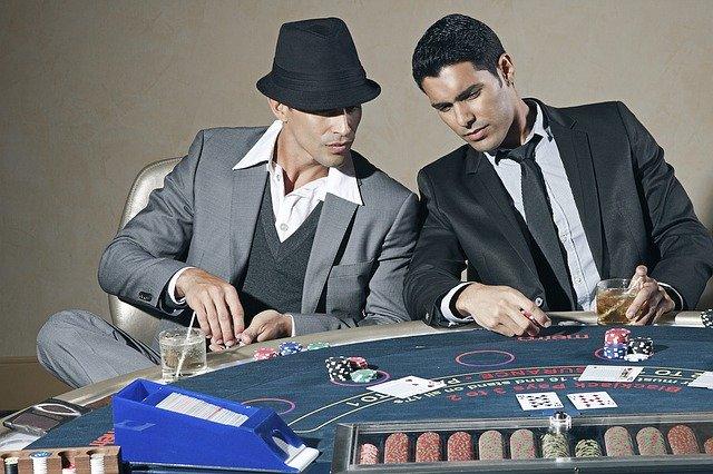 jogadores de poker olhando as cartas na mesa